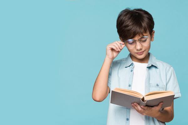 niño con clases de refuerzo en lengua y lectoescritura