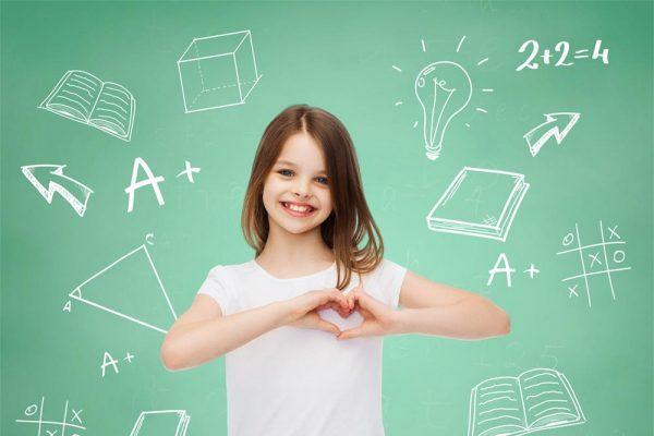niña contenta porque está haciendo refuerzo de matemáticas