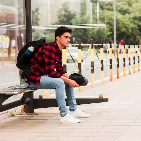 un chico yendo a la academia UNED